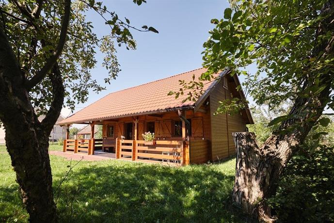 Drewniany dom z pieknym ogrodem