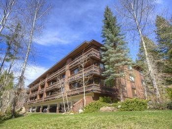 Fantastic on Burgundy Hill 1 Br condo by RedAwning