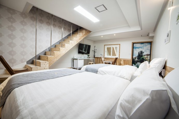 Hole in one Hotel, Sacheon - Compare Deals
