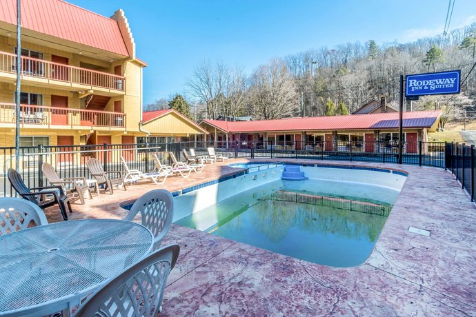 The budget Rodeway Inn is a great place in a ski area of Gatlinburg. Due to a great location of Rodeway Inn, guests have direct access to Dollywood, which is 10 km away. Guests are offered 32 non-smoking hotel rooms equipped with climate control, a laptop safe, a refrigerator, coffee/tea makers and a .