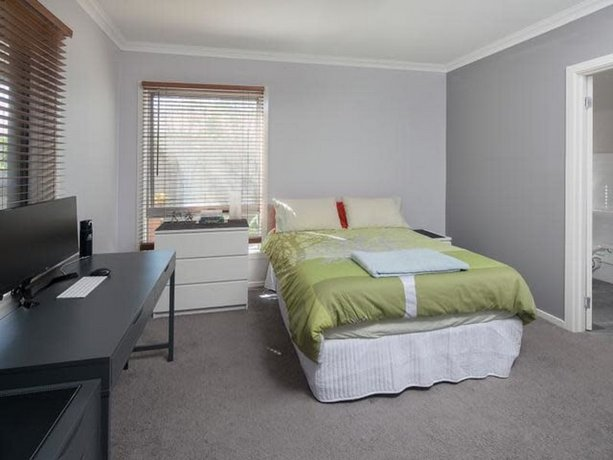 Homestay in Dandenong South near George Andrews Reserve