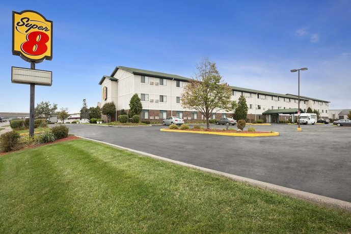 Super 8 by Wyndham Milwaukee Airport Hotel