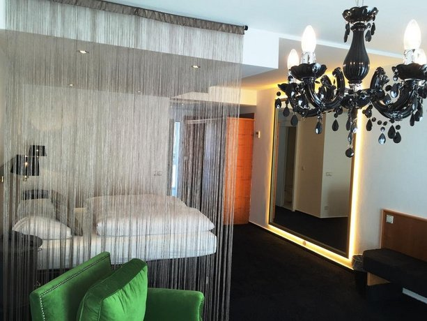 Hotel Black Crystal